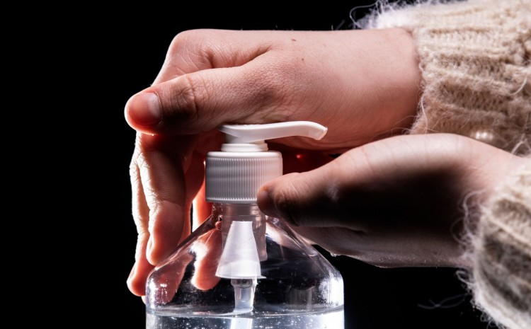 Bomberos lanzan advertencia de no dejar botellas de desinfectante para manos en automóviles
