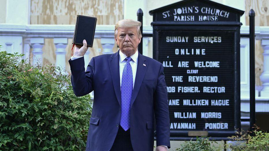 El presidente Trump sale de la Casa Blanca, levanta la Biblia frente a la iglesia St. John's en medio de protestas