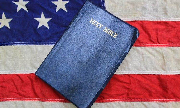 La mafia de Portland enciende la Biblia, la bandera de los EE. UU.