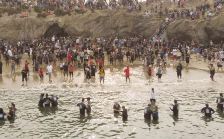 California ve a casi 1,000 personas bautizadas en la playa durante el «avivamiento espiritual»