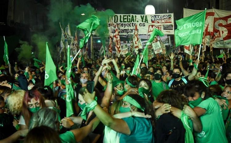 Argentina aprueba ley pro-aborto. Celebraciones masivas en las calles.