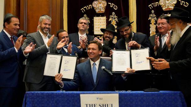 El gobernador de Florida firma proyecto de ley que requiere un momento para orar en las escuelas