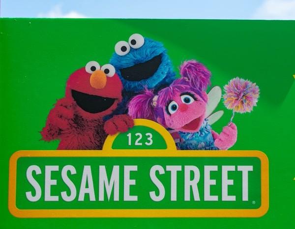 'Sesame Street' presenta a una pareja gay durante el mes del orgullo