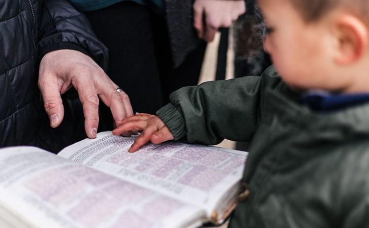 Enseñar a su Hijo a tener fe puede ayudarlo a ser más feliz y bondadoso con el Prójimo