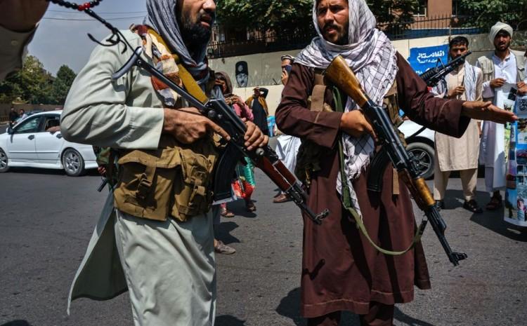 Los talibanes van de puerta en puerta en busca de cristianos y buscan aplicaciones bíblicas en los teléfonos